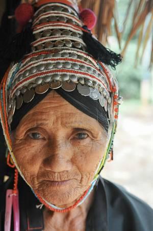 alte Frau mit Kopfschmuck, Mongolei